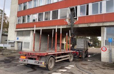 126. Unfall mit Kranauflieger, Gebäude beschädigt, Emmersbergstrasse 1